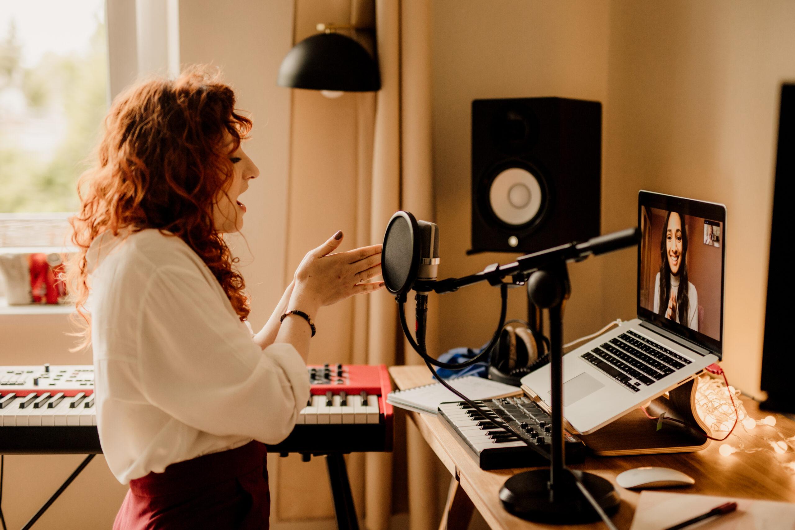 Estill singing teacher, Aleksandra Vocal Coach, giving a singing lesson online to a female student.